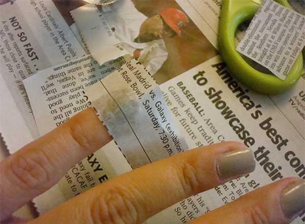 Кусок газеты на ногте
