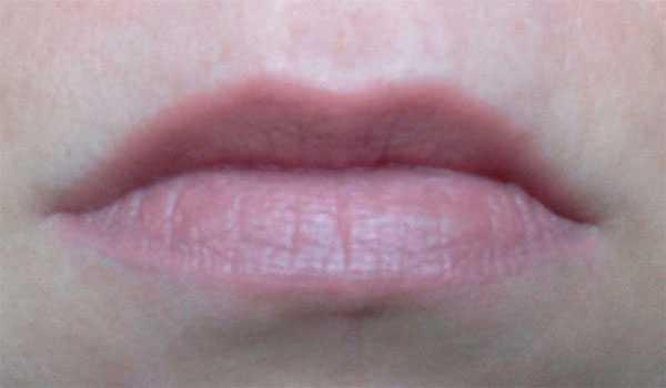 Avon губная помада на губах