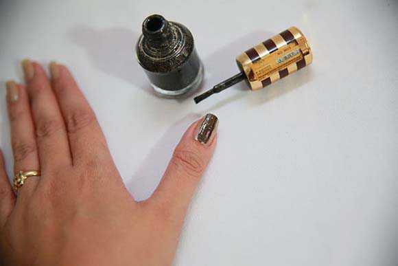Полоса лака на ногте