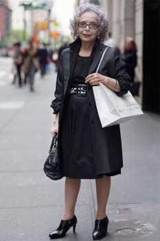 Пожилая женщина в чёрном