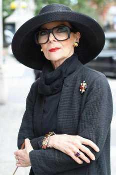 Элегантная женщина в чёрном