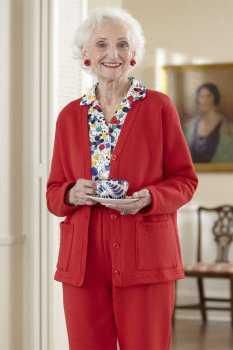 Пожилая женщина в красном костюме