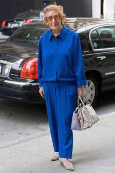 Пожилая женщина в синем костюме