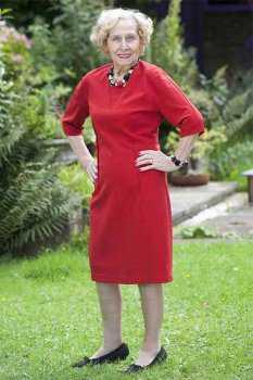 Пожилая женщина в красном платье