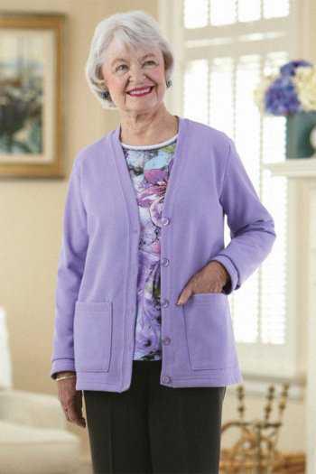 Пожилая женщина в трикотажном кардигане