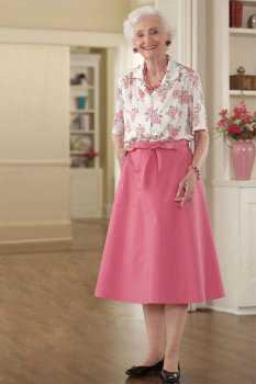 Пожилая женщина в блузке с цветочным принтом