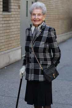 Пожилая женщина в жакете