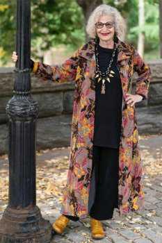 Пожилая женщина в пальто с цветочным принтом