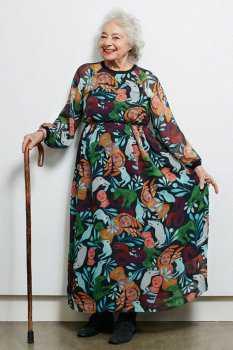 Пожилая женщина в платье с абстрактным принтом