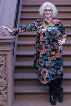 Пожилая женщина в тунике с абстрактным принтом