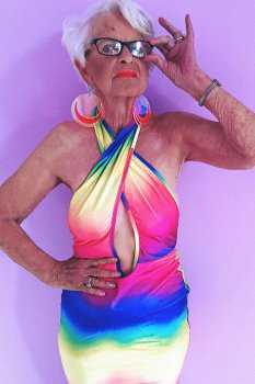 Пожилая женщина в откровенном платье