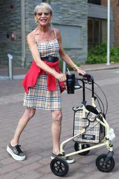 Пожилая женщина в коротком сарафане
