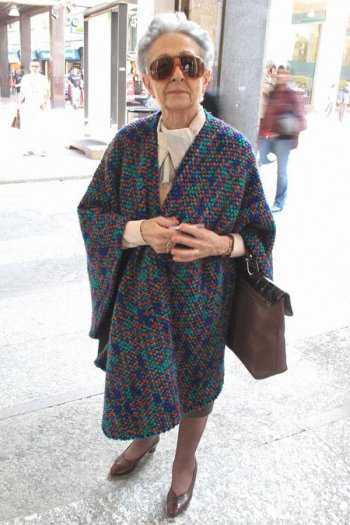 Пожилая женщина в пончо