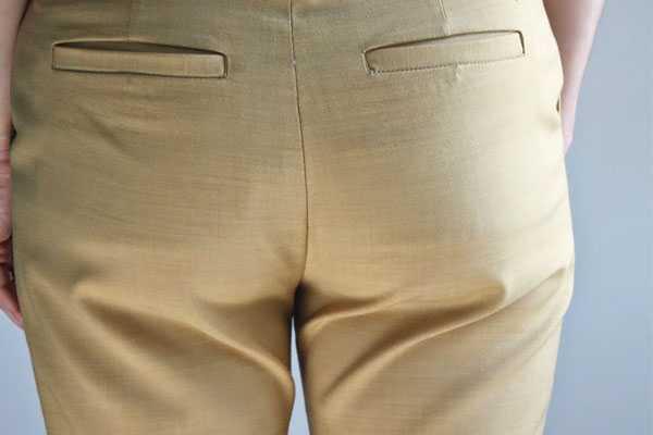 складки на брюках под ягодицами