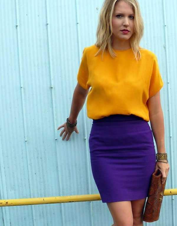 Коричневый клатч к фиолетовой юбке