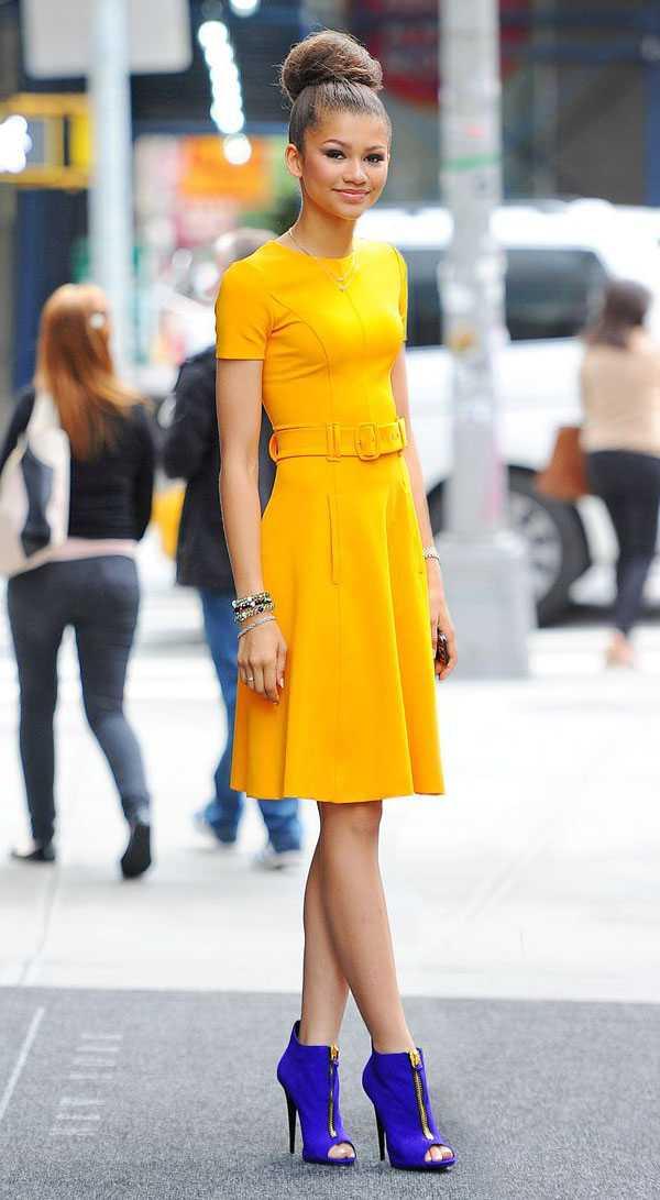 Желтое платье с фиолетовыми ботильонами